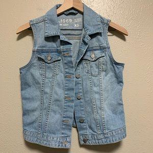 Gap women's light wash denim button vest